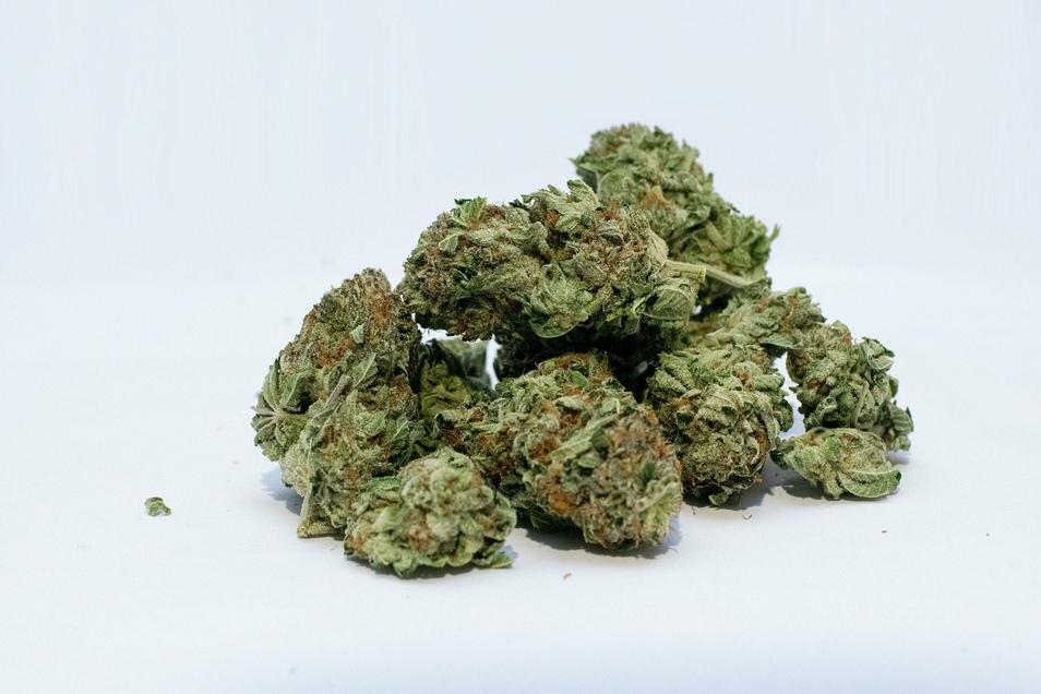 Immer häufiger wird dem illegal verkauften Straßencannabis neuartiges Heroin beigemischt, das sich rauchen lässt.