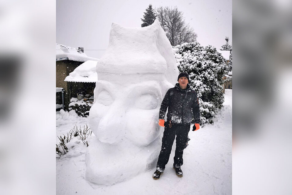 Den Hohnsteiner Kasper gibt es nicht nur als Holzkopf. Einwohner Marco Kramer ist es gelungen, auf dem Grundstück an der Breitscheidstraße 3 einen Kasperkopf aus Schnee und Eis zu schnitzen. Passend zum Kasperprojekt, was die Stadt Hohnstein jetzt beginnen will.