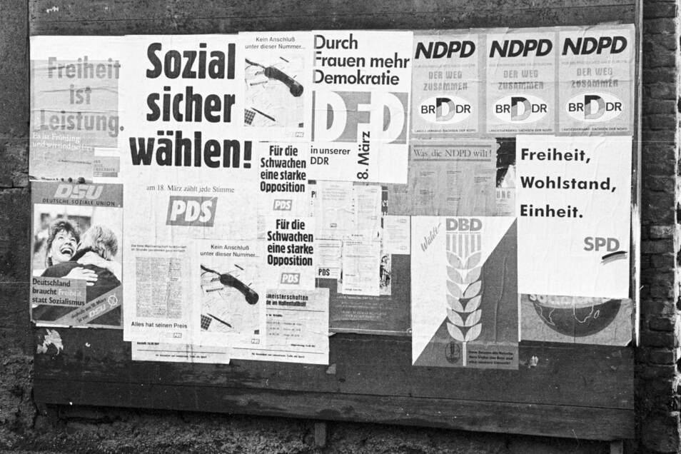 Nach der Wende buhlten zig Parteien um die Gunst der Wähler im Osten. Das Foto zeigt Wahlplakate von damals in Riesa. Für Politik und Demokratie hätten viele aber nach der Wende kaum Zeit gehabt, merkte eine Riesaerin jetzt bei einer Diskussion an.