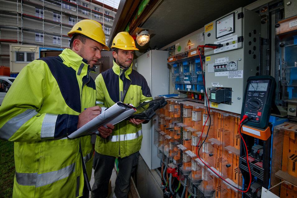 Regelmäßig kontrollieren Drewag-Fachleute die Anlagen. Hier inspizieren Monteur Konrad Kreische (l.) und Netzmeister Marcus Ziesche die Verteiler-Station an der Wintergartenstraße.
