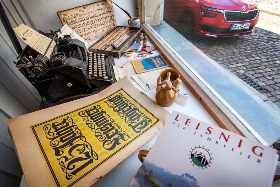 Im Schaufenster des ehemaligen Gästeamtes an der Kirchstraße ist eine kleine Sammlung dessen zu sehen, was sich Leisniger als Erinnerung an zurückliegende Jubiläen aufgehoben haben.