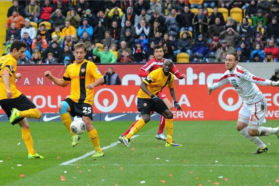Vergebene Chance: Dresdens Anthony Losilla (l.) scheitert an Kaiserslauterns Keeper Sippel.