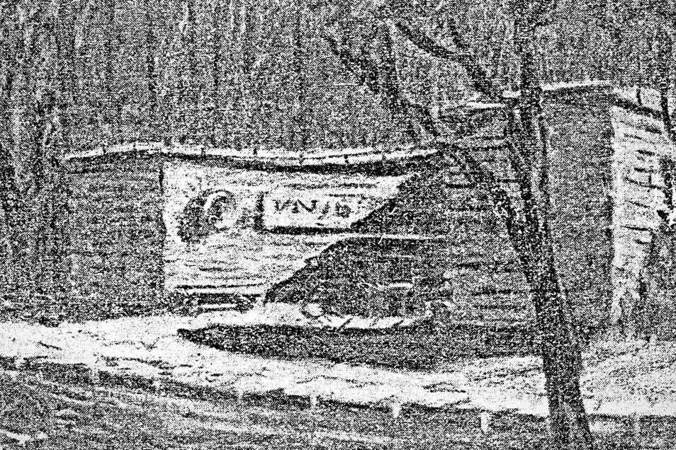 Das Bild zeigt den ersten Entwurf des Denkmals. Bänke sind hier noch innerhalb des Halbkreises angeordnet. Um Beschädigungen und Vandalismus vorzubeugen, wurde das Projekt geändert und durch einen Teich das Betreten des Innenraumes verhindert.
