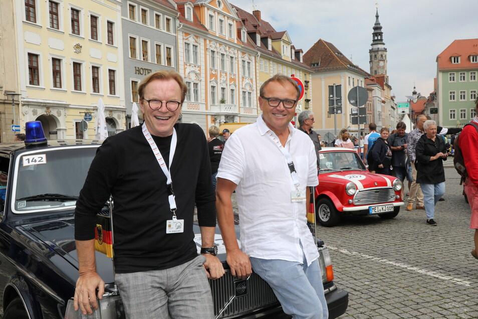 Wolfgang Lippert (links) beim Zwischenstopp auf dem Obermarkt in Görlitz mit Oliver Kreider mit dem Volvo 264 TE Baujahr 1982 der DDR Regierung.