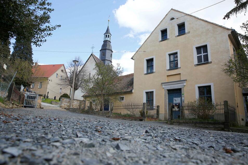Der Platz vor dem Friedhof im Elstraer Ortsteil Prietitz soll gepflastert werden.