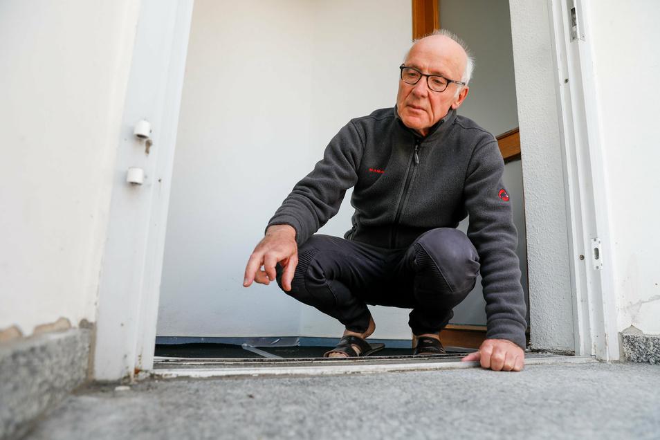 Michael Nowotny zeigt auf Stellen im Eingangsbereich seiner Zittauer Arztpraxis, wo Buttersäure verkippt wurde.