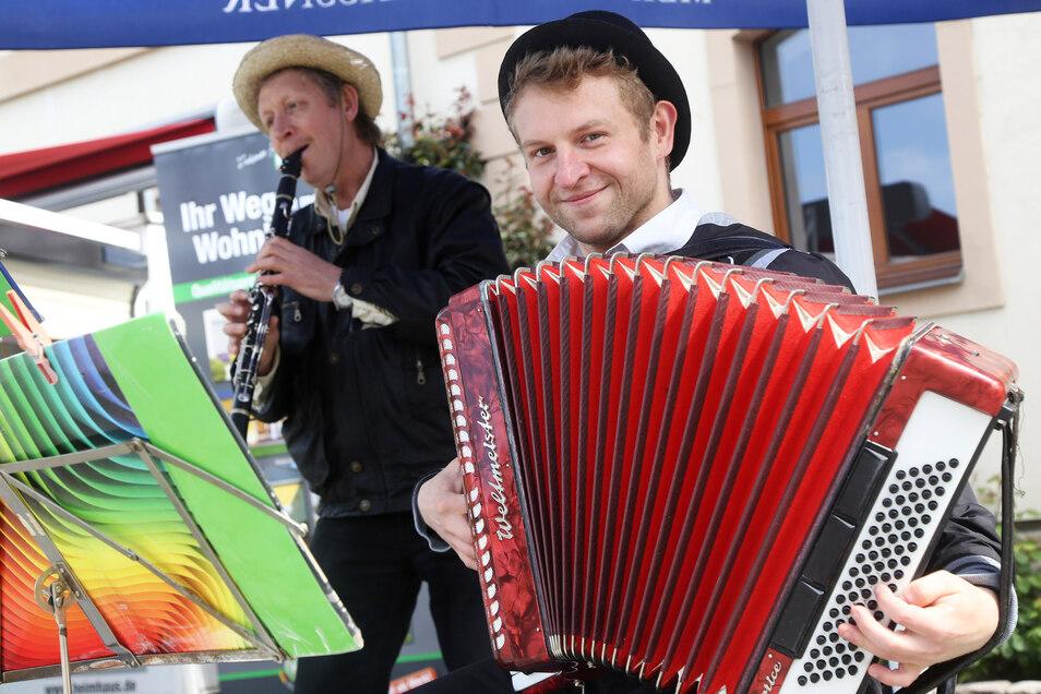 Für flotte Musik sorgte die Gruppe Bastschuh aus Thüringen mit Viktor (links) und Alexander Root.