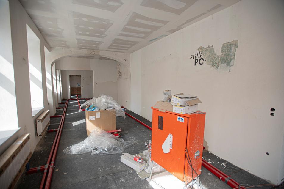 Hier wird der Raum für die Kunstgalerie hergerichtet.