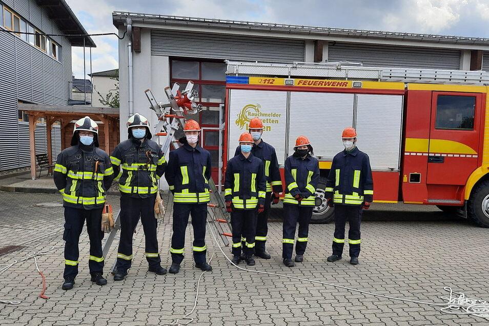 Fünf Dohnaer Oberschüler (orangefarbener Helm) haben es gemeinsam mit erfahrenen Feuerwehrleuten geschafft: Die erste Etappe der Ausbildung.