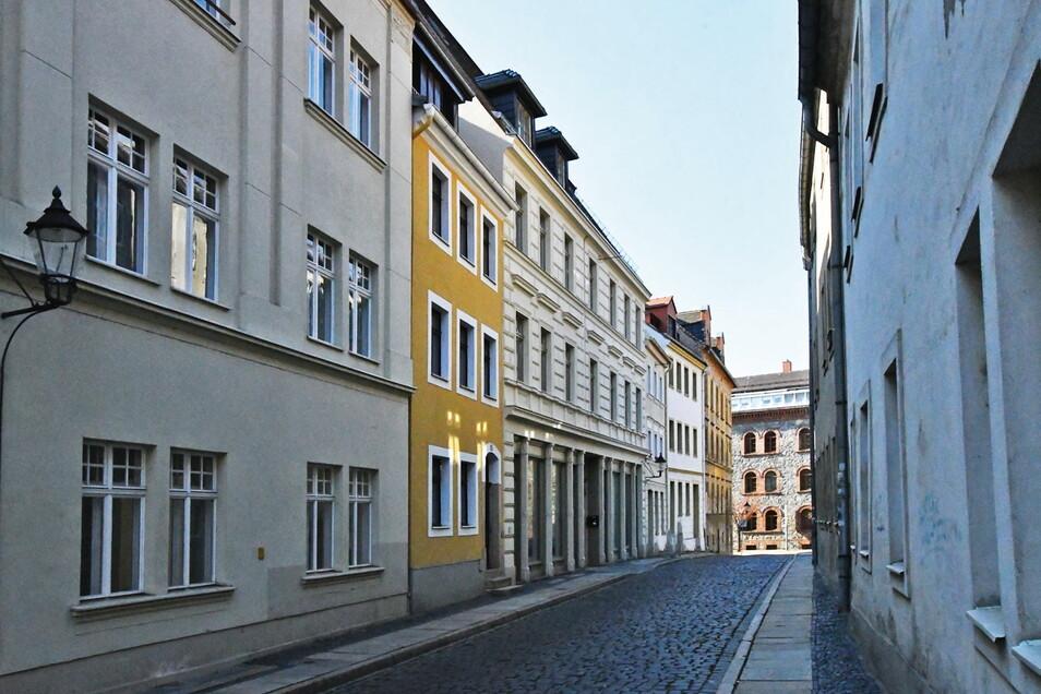 Das kleine gelbe Altstadthaus Breite Straße 10 (2.v.l.) in Görlitz kann am 25. Juni ersteigert werden.