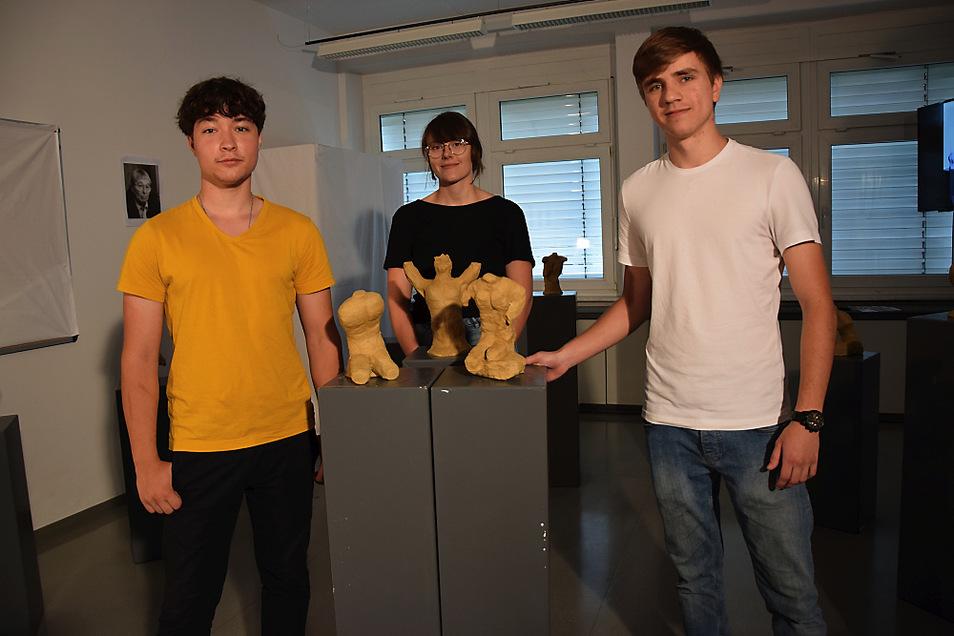 Hugo Frühauf (links), Lilly Marlen Pögel und Jewgeni Bogdanow vom Grundkurs Kunst 12/1 des Hoyerswerdaer Léon-Foucault-Gymnasiums präsentieren Torsi, die sie und ihre Mitschüler geschaffen haben. Zu sehen sind die (von Wieland Förster inspirierten)