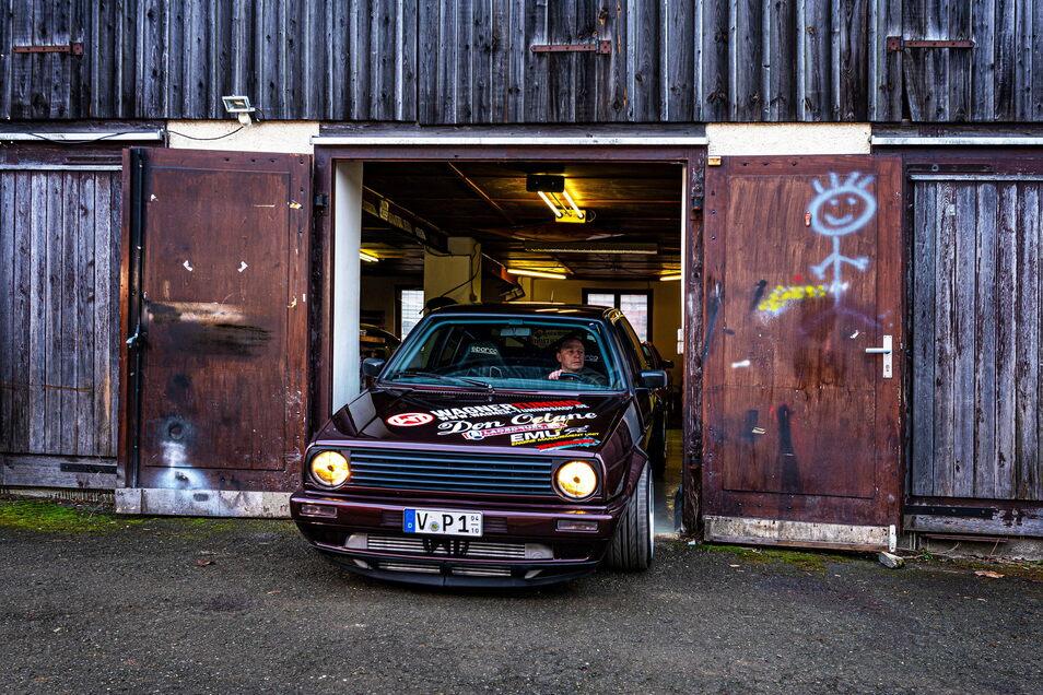 Maßarbeit: In dieser Garage im vogtländischen Falkenstein schraubt der 40-Jährige an seinem Rekordauto.