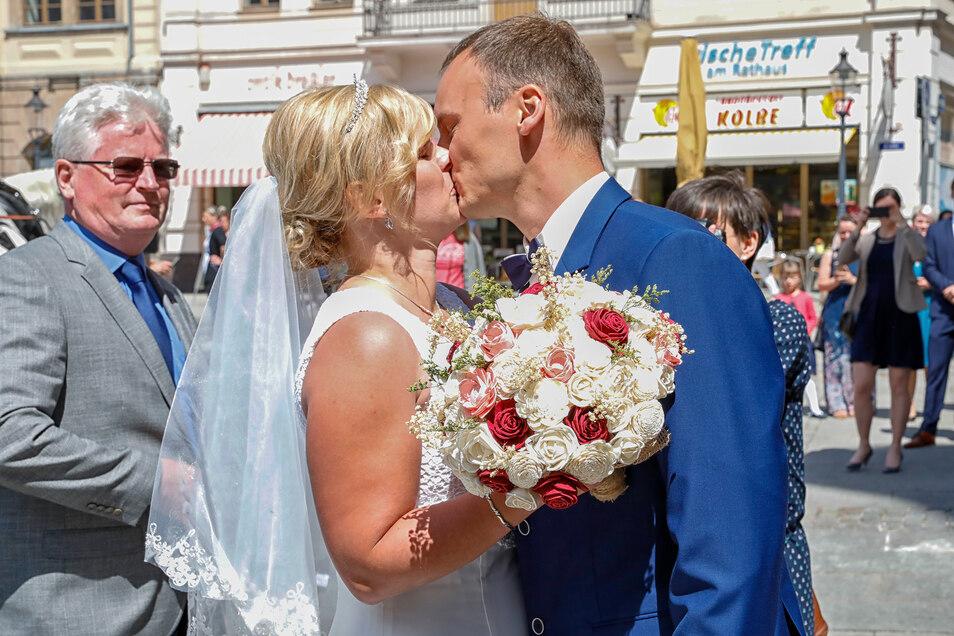 Viele Schaulustige auf dem Zittauer Markt applaudierten dem Paar - auch beim Küssen.