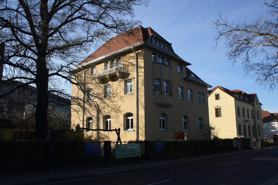 Im ehemaligen Krönertstift in der Poststraße 13 in Freital hat heute das Familienzentrum Regenbogen seinen Sitz.