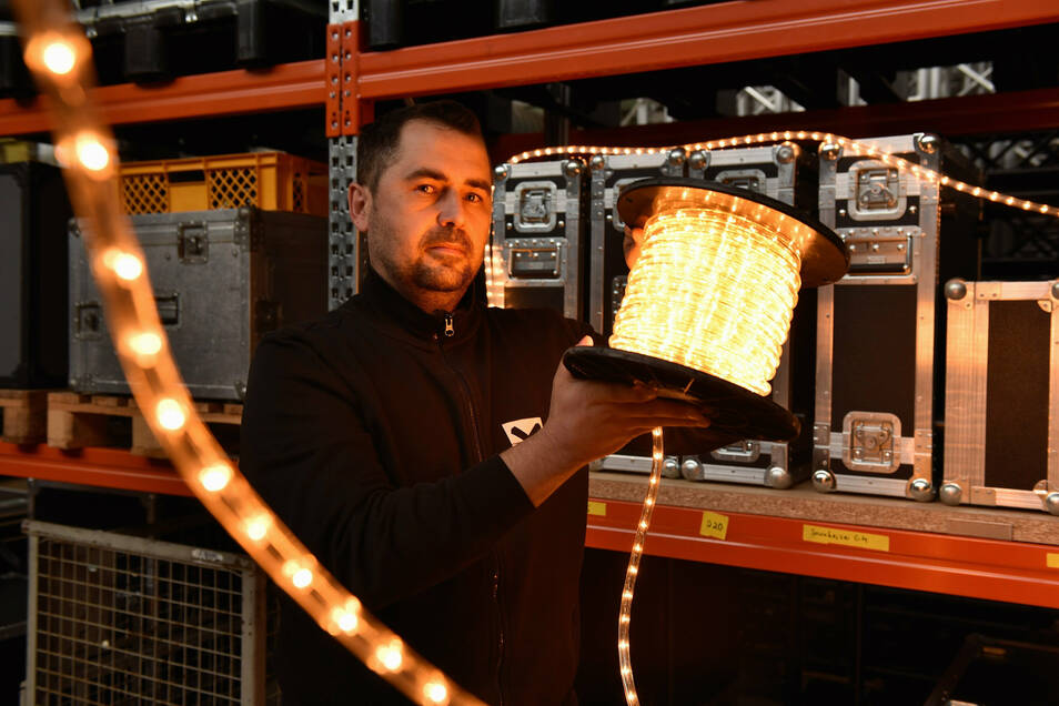 Torsten Hausdorf von der Veranstaltungsfirma Stageport aus Freital mit einer Lichterkette für Weihnachtsveranstaltungen.