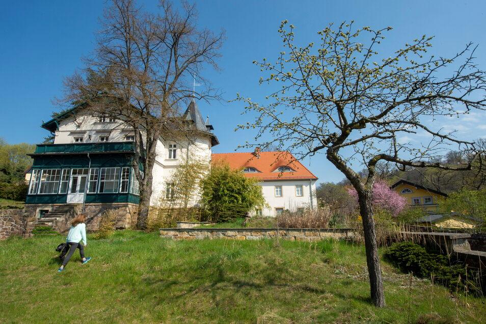 Der Jägerhof oberhalb vom Lößnitzgrund, wie ihn die meisten Passanten auf den ersten Blick sehen. Der Blick von hier ins Elbtal ist eine Pracht.