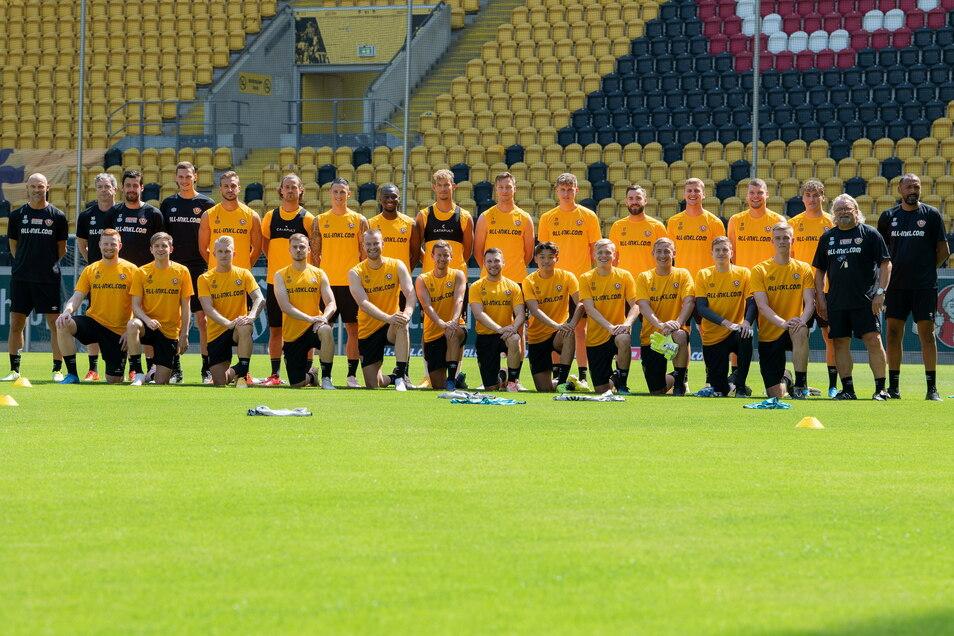 Das erste Mannschaftsbild zum Trainingsauftakt: 20 Feldspieler und drei Torhüter sind dabei - und das Team von Cheftrainer Alexander Schmidt damit noch nicht komplett.