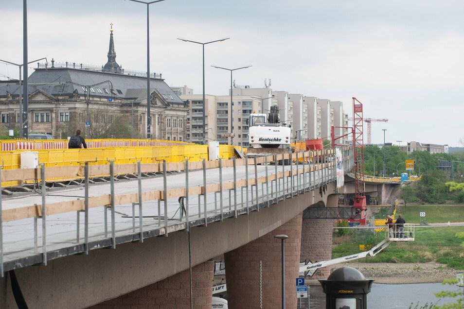 Auch unter der Brücke wird gearbeitet. Dort werden Risse saniert und Betonschäden instand gesetzt.