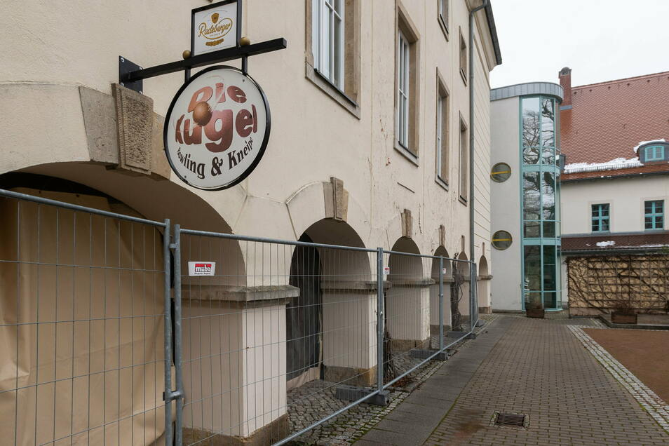 Gegen Vandalismus geschützt. Die Arkaden der Kugel in Neustadt.