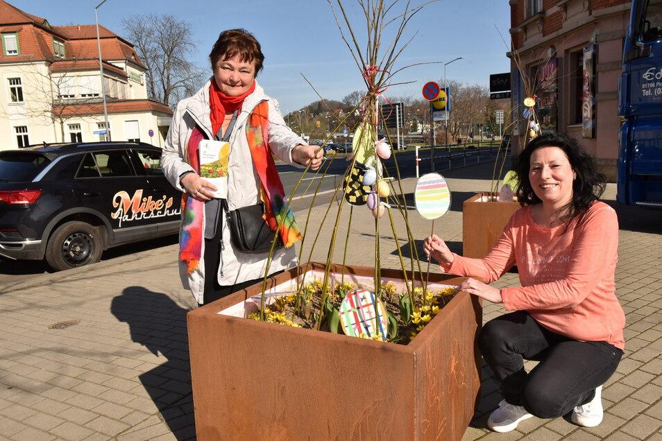 Ricarda Liebsch (links) freut sich, dass Heike Morgenstern mit ihrer Hausgemeinschaft die Patenschaft für einen Pflanzkübel übernommen hat.