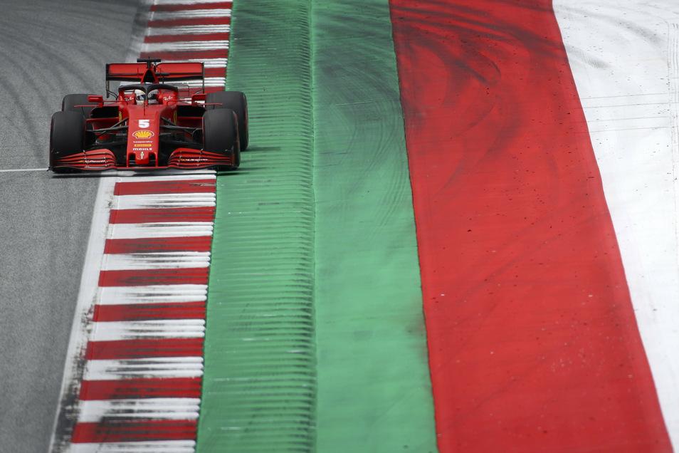 Sebastian Vettel steuert seinen Ferrari über die Rennstrecke.