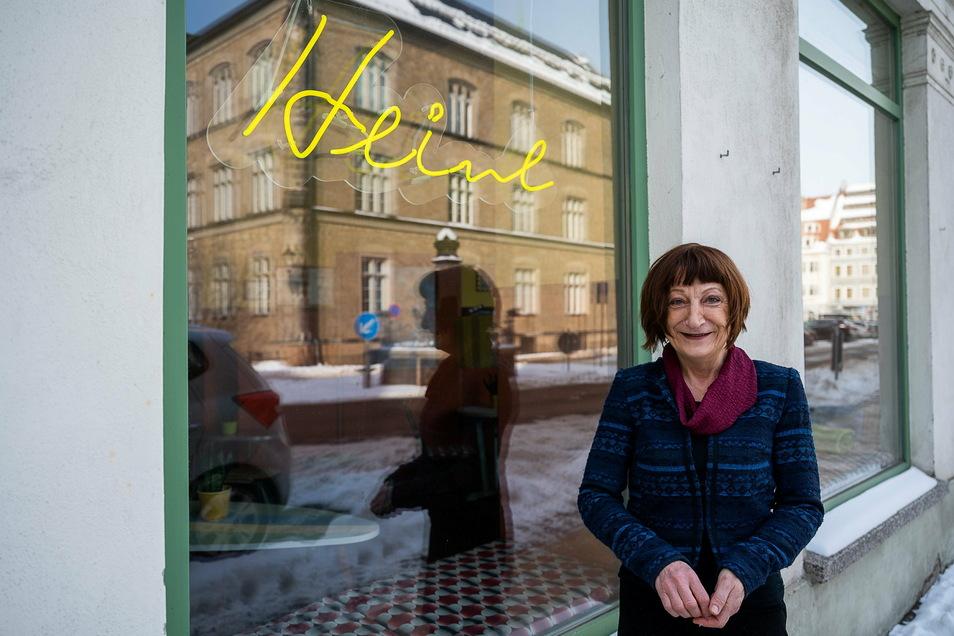 Erika Heine vor ihrer umbenannten Kinobar am Görlitzer Klosterplatz.