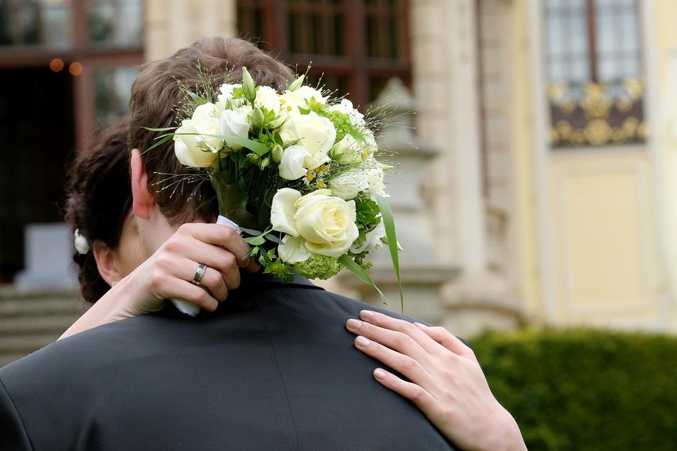Die Ehe mit Trauschein und Kindern ist nach einer repräsentativen Umfrage das Ideal vieler jüngerer Menschen in Deutschland.