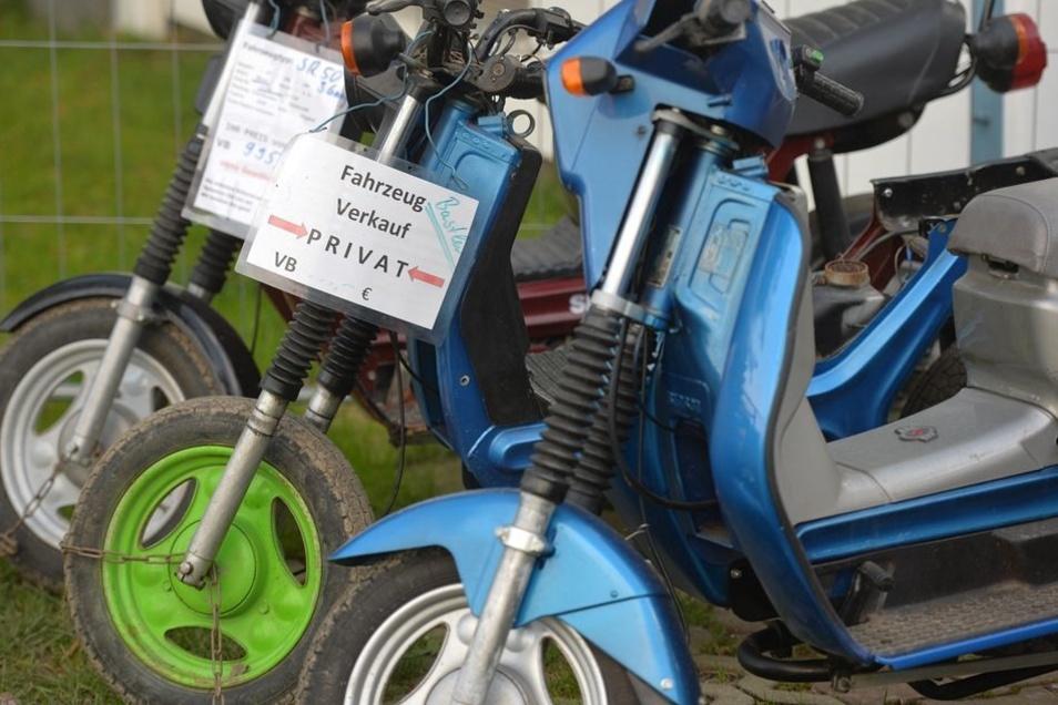 Vor seiner Werkstatt hat Jens Parsiegla einen kleinen Fuhrpark stehen. Alte, nicht reparierte Simmis gibt es schon ab 700 Euro. Für die richtig schicken Maschinen muss man das Vierfache rechnen.