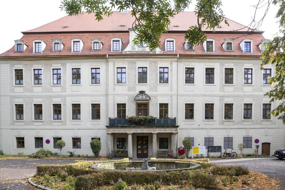 Schloss Gröba wird heute als Seniorenheim genutzt. Im zugehörigen Park neben der Remise findet jetzt erstmals in diesem Jahr wieder das Sonntags-Café statt.