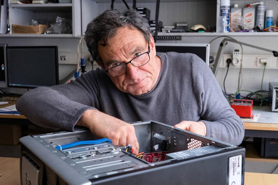 Gernot Voss von der Firma Thürmer & Voss KG repariert einen PC in seinem Geschäft auf der Dresdener Straße in Görlitz. Lieferengpässe und lange Wartezeiten machen dem Computerspezialisten zu schaffen.
