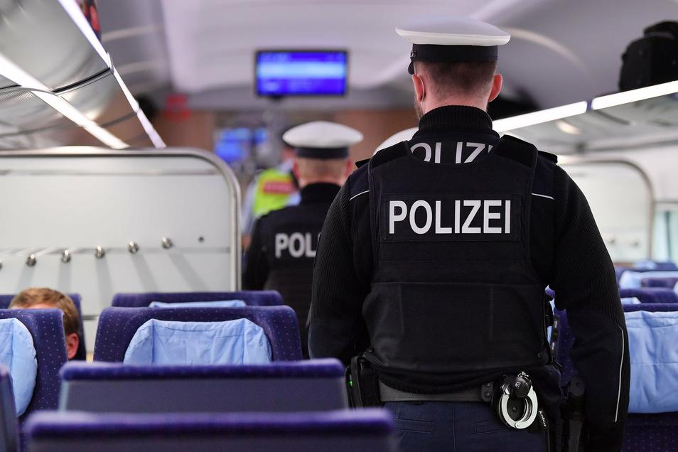 """Kontrolle der Maskenpflicht in der Bahn. Einige """"Querdenker"""" haben jetzt Reiseverbot."""