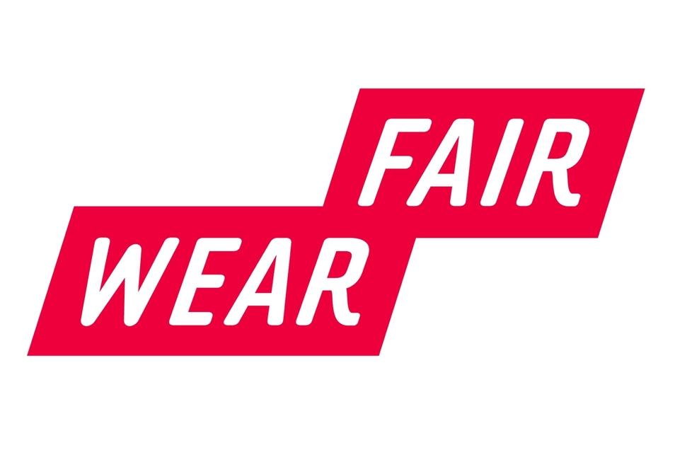 Fair Wear Foundation: Siegel einer niederländischen Stiftung Diese möchte die Arbeitsbedingungen in der Textilindustrie weltweit verbessern. Die Arbeitsbedingungen in den Fabriken werden deshalb stetig vor Ort überprüft um zu kontrollieren, dass die sozialen Standards eingehalten werden.