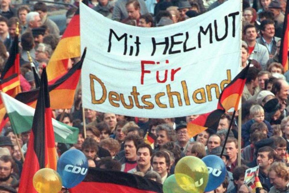 Plakate bei einer Wahlveranstaltung in Leipzig im März 1990: In Helmut Kohl und die CDU setzten die Menschen große Hoffnung.