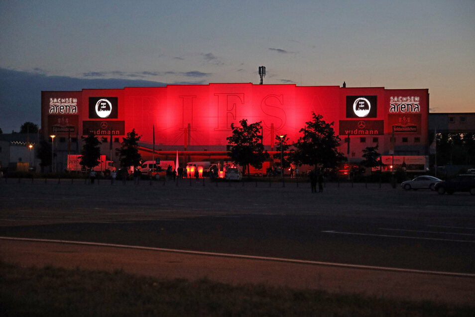 In diesem Rot leuchtete am Montagabend bis spät in die Nacht hinein die Sachsenarena in Riesa.