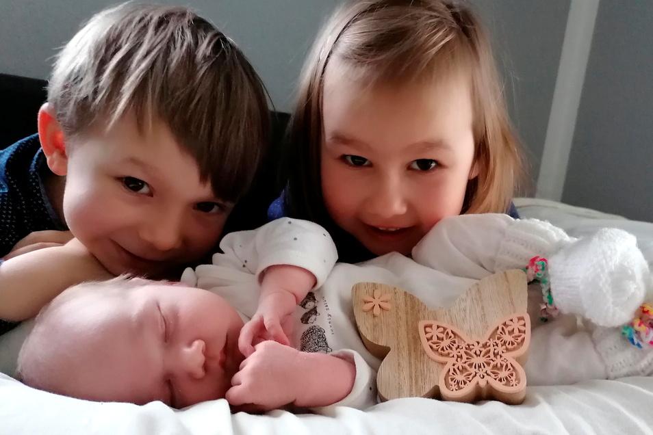 Hana mit Benedikt und Madlena, geboren am 9. März, Geburtsort: Kamenz, Gewicht: 3.730 Gramm, Größe: 54 Zentimeter, Eltern: Julia und Tobias Vcelich, Wohnort: Caßlau
