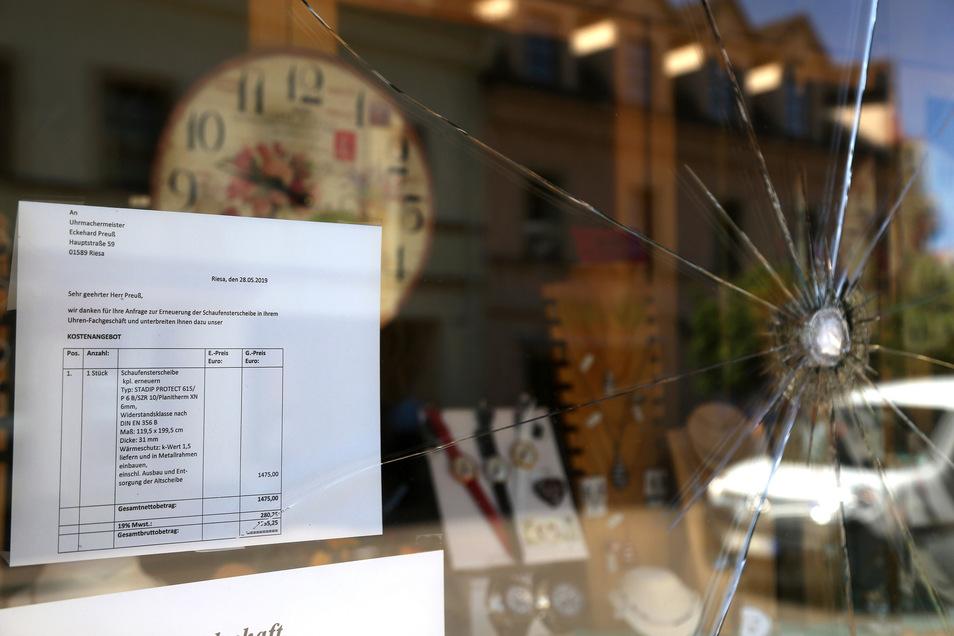 Eine eingeschlagene Schaufensterscheibe hat einem Riesaer Uhrmachermeister eine deftige Rechnung beschert.
