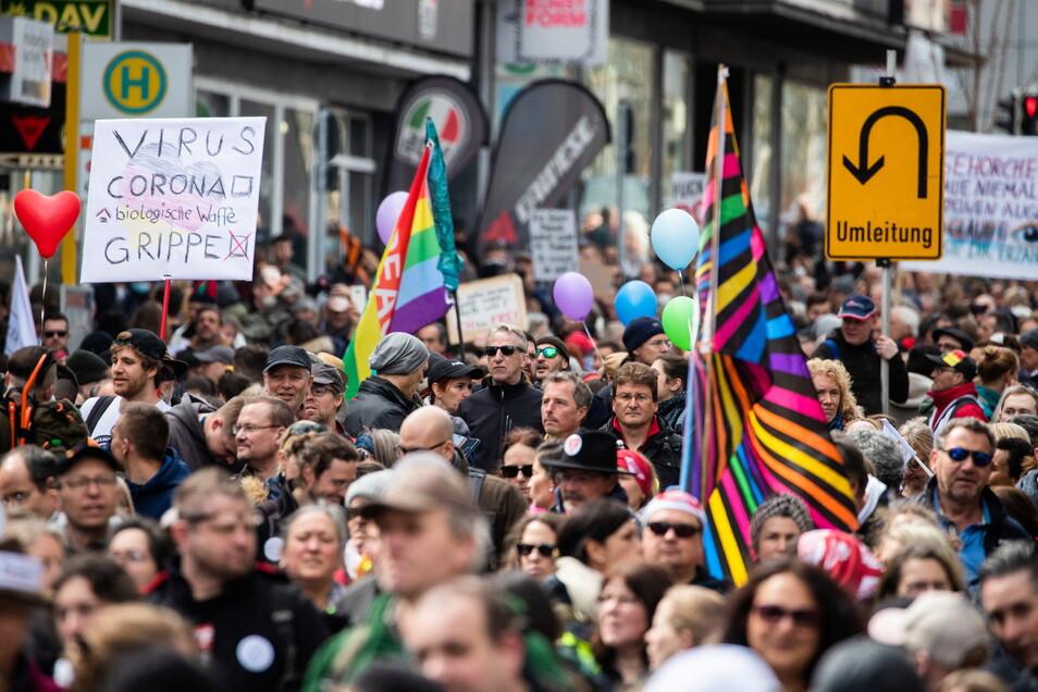 Die Demonstration in Stuttgart richtete sich gegen die Pandemie-Einschränkungen der Bundesregierung - Abstandsregeln und das Tragen von Masken wurde größtenteils missachtet.