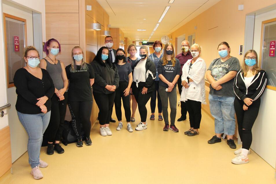 """Die Pflegeschüler der Awo Lausitz GmbH besuchten während ihrer """"Kennenlernstunde"""" auch die Station Kardiologie 2 im Lausitzer Seenland Klinikum."""