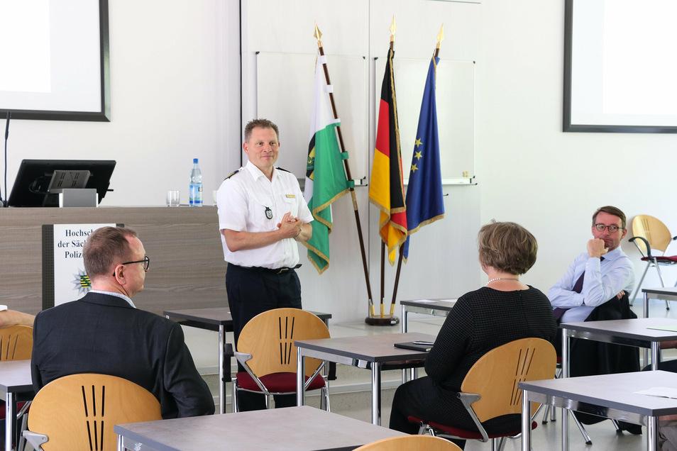 Rektor Carsten Kaempf erläutert Sachsens Innenminister Roland Wöller, wie die Digitalisierung der Polizeihochschule in Rothenburg voranschreitet.