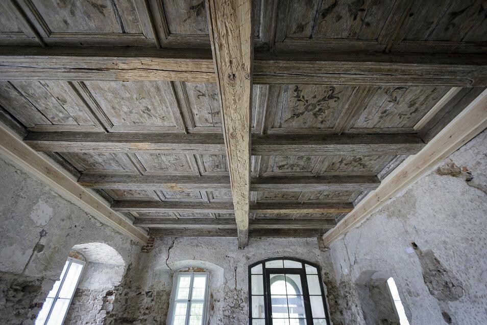 Diese bemalte Holzbalkendecke kam im Parterre zum Vorschein. Der Raum soll zum Café ausgebaut werden.
