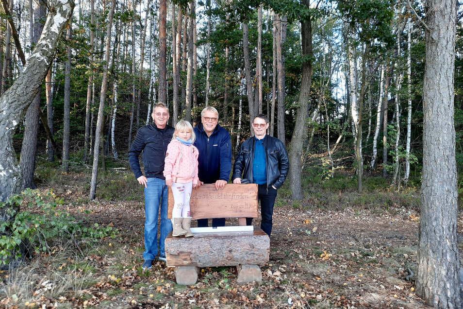 Sie freuen sich über die neuen Bänke in Oßling: Ortschaftsratsmitglied Jack Köhler (r.), Ortsvorsteher Veit Topka (2. v. r.) und zwei Passanten, die beim Aufstellen der Bänke gerade vorbei kamen.