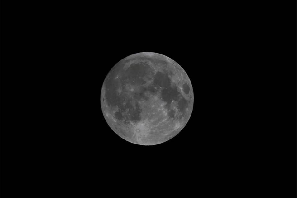 Für diese Bilder stand so mancher am Montagmorgen ganz besonders früh auf: Die totale Mondfinsternis war trotz einiger Wolken auch über dem Landkreis Bautzen recht gut zu sehen - hier bei Uhyst.