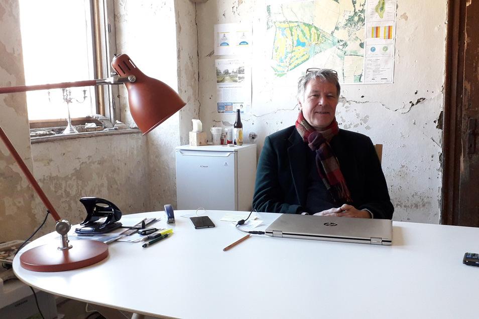 Henry de Jong sitzt in seinem spartanisch eingerichteten Büro im östlichen Torhaus des Rittergutes.