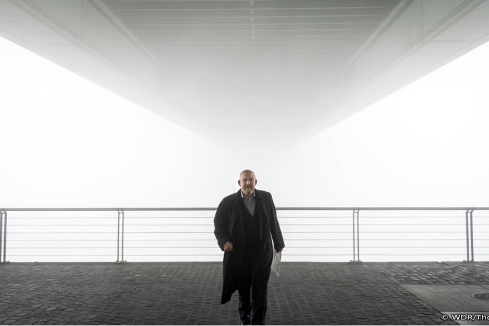 Freddy Schenk (Dietmar Bär) im Kölner Rheinnebel unterwegs.