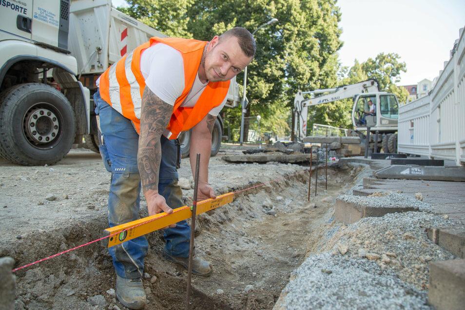 Robin Hollank von der Firma STL Bau ist Polier auf der Baustelle Biesnitzer Straße am Sechsstädteplatz. Während die anderen beiden Bauabschnitte schon größtenteils abgeschlossen sind, werden hier jetzt unter anderem die Trinkwasserleitungen verlegt.