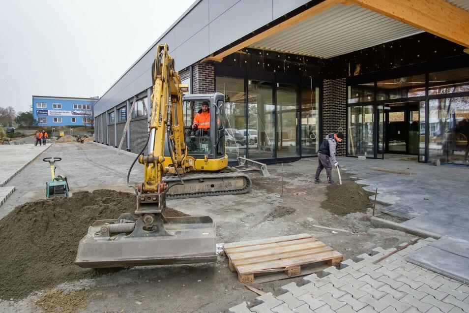 Die letzten Arbeiten am neuen Aldi-Markt in Bischofswerda werden derzeit erledigt, etwa durch Mitarbeiter der Firma STL Bau aus Löbau.