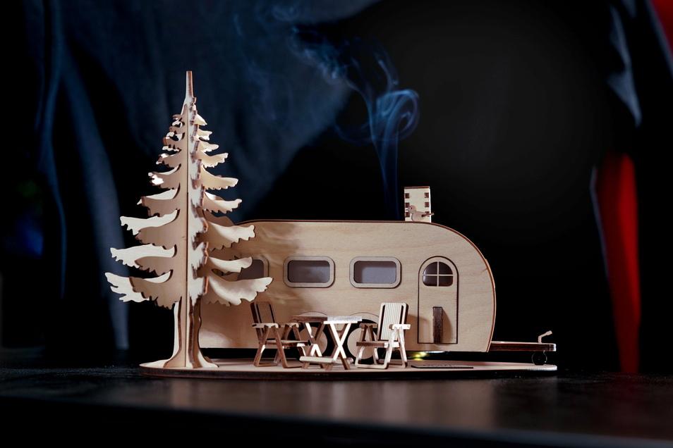 Zu Werkers Tandem-Achser und dem knuffigen Qek-Model ist inzwischen auch ein Ein-Achser hinzugekommen. An einem räuchernden Campingbus tüftelt der Erfinder noch.