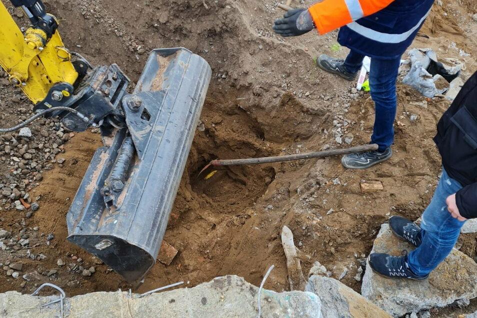 Mitarbeiter der Enso Netz haben die beschädigte Gasleitung an der Meißner Straße in Radebeul gesichert.