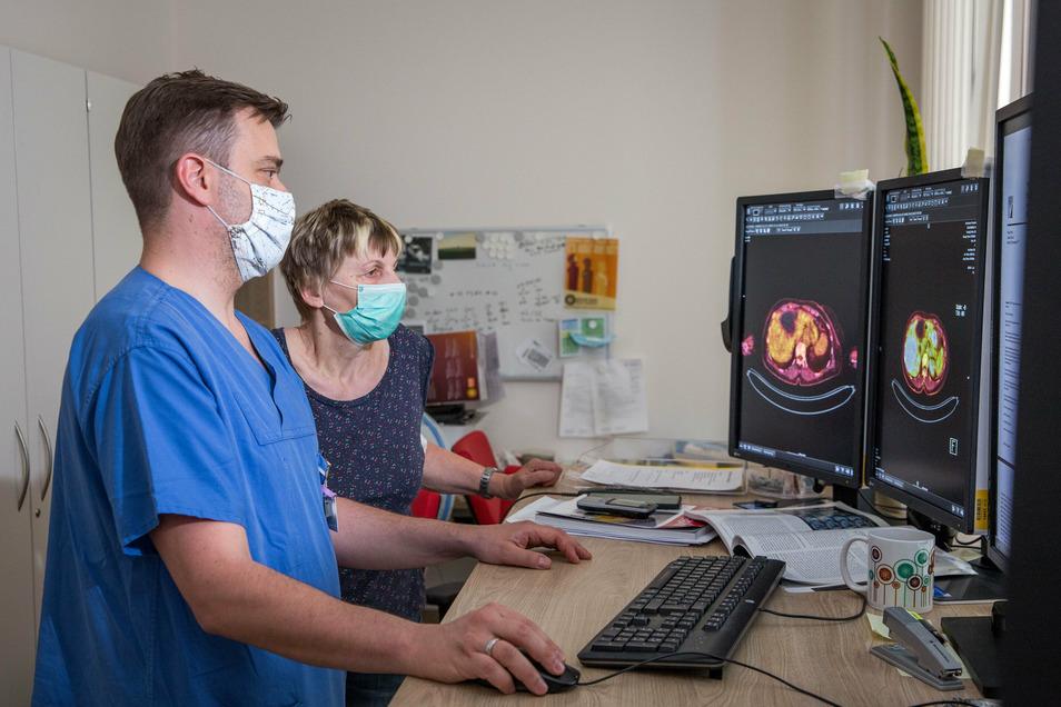 Dr. Jan-Henning Schierz und die Krebspatientin Carmen Sagasser schauen sich die Aufnahmen einer PET-CT an.