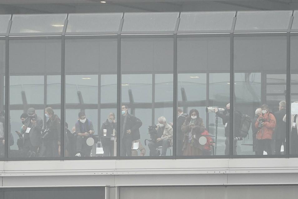 Beobachter stehen auf der Besucher-Terrasse des Terminal 1.